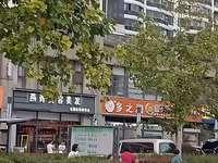 中央社区南门。三开间门面 现租金35万一年 总价便宜 租金高 火爆率没的说