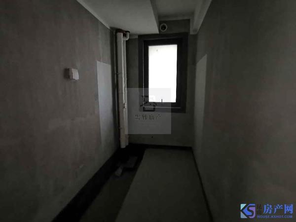 天地华城旁 毛坯大三房 有一汽车库另计 学未用 现租掉 随时看房