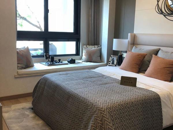 罗马假日精装2房,家具家电齐全,2500每月,1楼带院子!!