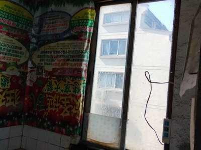 租:汛塘商苑5楼50平方1室1厅1100/月 热水器 洗衣机等