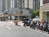 房主急售城南四季华城大门口绝佳地段八米宽门面