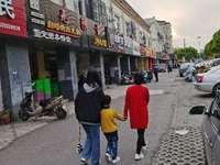 陆家金阳路小区门口沿街商铺 位置好 人流量大