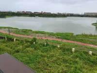 北大资源一线湖景房,花园面积400平,前后都有院子,看房随时,