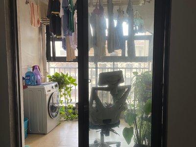 长江路华城美地简装四房,满五唯一没有税,带一个60平大露台,诚心出售,看房随时。