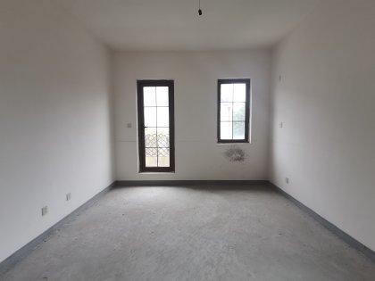 此套属于伪独栋,纯毛坯房,花园200平米左右。业主要求一次性付款的客户来购买。